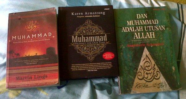 Buku tentang Muhammad karya 3 penulis besar tentang Islam (dari kiri ke kanan): Martin Lings, Karen Armstrong, dan Annemarie Schimmel