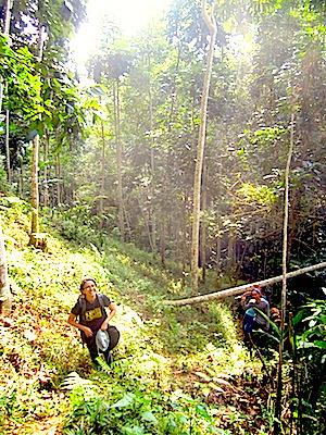 Mba Yessi beristirahat sejenak di tengah perjalanan menuju puncak Pasirbentang. (Foto: Yudha PS)