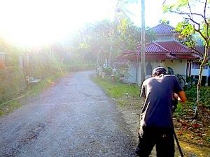 Mas Ridwan tengah mengambil gambar suasana pagi di Mandalamekar. (Foto: Yudha PS)