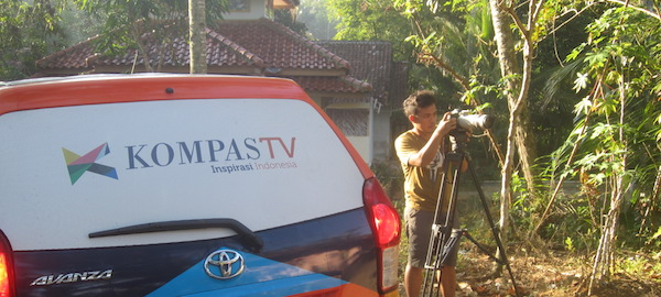 Mas Popo Sidik, salah seorang Camera Person Kompas TV, tengah mengambil stock shoot untuk episode Cerita Indonesia. (Foto: Yudha PS)
