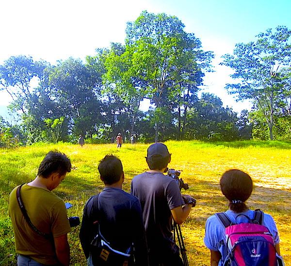 Dari kiri ke kanan: mas Popo, mas Anjas, mas Ridwan, dan mba Yessi. Mereka tengah menunggu drone yang tersangkut di pohon. (Foto: Yudha PS)