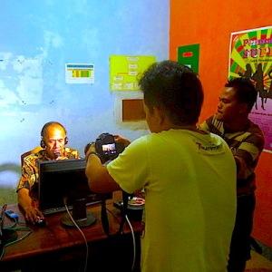 Proses shooting di studio radio Ruyuk FM. (Foto: Yudha PS)