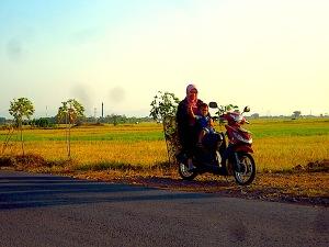 Anak dan istri menunggu di sepeda motor selama saya memotret. (Foto: Yudha PS)