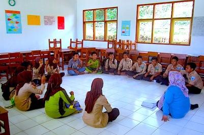Aktivitas di dalam kelas dibuat nyaman dan santai. Siswa duduk melingkar dengan guru berada di tengahnya. (Foto: Yudha PS)