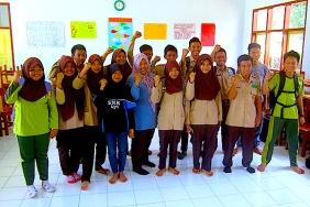 Bu Pipit (tengah depan) berfoto bersama sebagian siswa SMK Karya Putra Manggala. (Foto: Yudha PS)