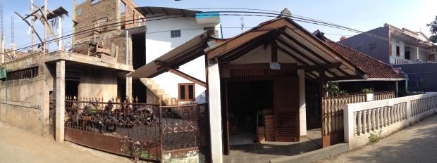 Garasi rumah mertua (kanan) yang bersebelahan dengan asrama mahasiswa miliknya. (Foto 180: Yudha PS)