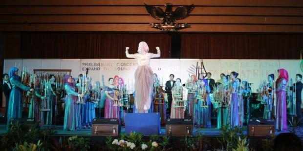 The Dream Team 1 KPA3 usai melantunkan dua lagu pembuka konser Sarasa Katha Tauryatrika. (Foto: Yudha PS)
