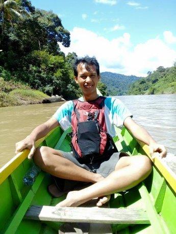 Menelusuri Sungai Sembakung menggunakan perahu kecil. (Foto: Noke A)
